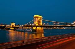Άποψη της διάσημης γέφυρας αλυσίδων στη Βουδαπέστη τη νύχτα Στοκ εικόνα με δικαίωμα ελεύθερης χρήσης