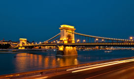Άποψη της διάσημης γέφυρας αλυσίδων στη Βουδαπέστη τη νύχτα Στοκ Εικόνα