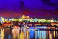 Άποψη της διάσημης ιστορικής γέφυρας Κάστρων της Πράγας που διασχίζει το Vl Στοκ Φωτογραφία