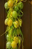 Άποψη της διακόσμησης Πάσχας με τα πράσινα και κίτρινα χρωματισμένα αυγά Στοκ φωτογραφία με δικαίωμα ελεύθερης χρήσης