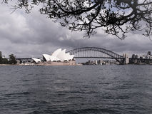 Άποψη της λιμενικών γέφυρας και της Όπερας του Σίδνεϊ Στοκ Φωτογραφία