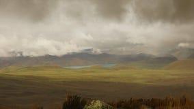 Άποψη της λιμνοθάλασσας μίκας Λα από το ηφαίστειο Antisana μια νεφελώδη ημέρα στην οικολογική επιφύλαξη Antisana Στοκ εικόνα με δικαίωμα ελεύθερης χρήσης