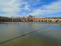 Άποψη της ιστορικής πόλης Πράγα, των συμπαθητικών παλαιών ορόσημων και των κτηρίων, των στεγών και των πύργων Czech παπάδων, Ευρώ στοκ φωτογραφίες με δικαίωμα ελεύθερης χρήσης