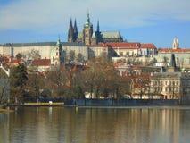 Άποψη της ιστορικής πόλης Πράγα, των συμπαθητικών παλαιών ορόσημων και των κτηρίων, των στεγών και των πύργων Czech παπάδων, Ευρώ στοκ φωτογραφία με δικαίωμα ελεύθερης χρήσης