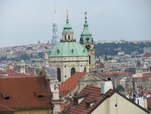 Άποψη της ιστορικής πόλης Πράγα, των συμπαθητικών παλαιών ορόσημων και των κτηρίων, των στεγών και των πύργων Czech παπάδων, Ευρώ στοκ φωτογραφίες