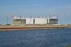 Άποψη της κατασκευής του σταδίου για τα παιχνίδια εκμετάλλευσης του Παγκόσμιου Κυπέλλου της FIFA του 2018 Kaliningrad, στις 10 Ιο Στοκ Φωτογραφία