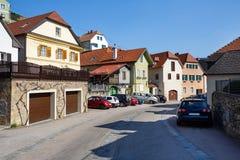 Άποψη της κατοικημένης οδού στην πόλη αγοράς Weissenkirchen στο der Wachau Χαμηλότερη Αυστρία Στοκ Εικόνες
