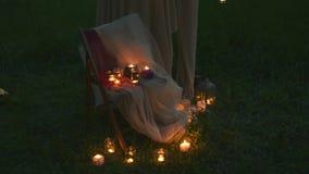 Άποψη της καλά διακοσμημένης γαμήλιας καρέκλας με τα κεριά Γαμήλια τελετή νύχτας απόθεμα βίντεο