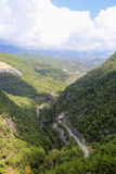 Άποψη της κοιλάδας βουνών που καλύπτεται με τα δάση πεύκων Στοκ Εικόνες