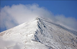 Άποψη της κορυφής βουνών με τα σύννεφα Στοκ Φωτογραφίες