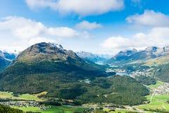 Άποψη της κορυφής Piz DA Staz και λίμνες στην περιοχή StMoritz στοκ φωτογραφία
