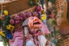Άποψη της κούκλας αγροτών, που χειρίζεται με τους ανθρώπους μέσα, που φέρνουν το μεγάλο παραδοσιακό καλάθι, στη μεσαιωνική αγορά  στοκ εικόνα
