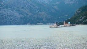Άποψη της κυρίας μας της εκκλησίας βράχων στον κόλπο Kotor κοντά στην πόλη Perast, Μαυροβούνιο απόθεμα βίντεο