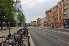 Άποψη της κύριας στο κέντρο της πόλης οδού στην Ουψάλα, Σουηδία, Ευρώπη Χώρος στάθμευσης για τα ποδήλατα κοντά σε ένα busstop, πρ στοκ φωτογραφίες