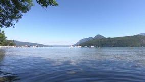 Άποψη της λίμνης του Annecy, γαλλικές Άλπεις απόθεμα βίντεο