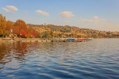 Άποψη της λίμνης του viverone στην Ιταλία με την αποβάθρα για την πρόσδεση στοκ φωτογραφίες