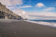 Άποψη της μαύρης παραλίας άμμου Reynisfjara μια ηλιόλουστη ημέρα Vik Νότια Ισλανδία στοκ φωτογραφία