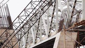 Άποψη της μεγάλης γκρίζας μεταλλικής γέφυρας πέρα από τον ποταμό με το γρήγορα κινούμενο φορτηγό απόθεμα βίντεο