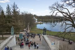 Άποψη της μεγάλης λίμνης του πάρκου της Catherine από τη στοά του Cameron σε Pushkin Στοκ Εικόνες