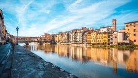 Άποψη της μεσαιωνικής γέφυρας Ponte Vecchio πετρών και του ποταμού ι Arno στοκ εικόνες