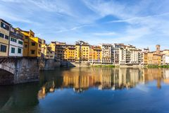 Άποψη της μεσαιωνικής γέφυρας Ponte Vecchio πετρών και του ποταμού ι Arno στοκ εικόνα