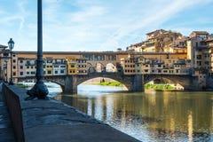 Άποψη της μεσαιωνικής γέφυρας Ponte Vecchio πετρών και του ποταμού ι Arno στοκ φωτογραφία