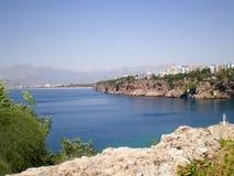 Άποψη της Μεσογείου από το λιμένα της παλαιάς πόλης Antalya στοκ εικόνες