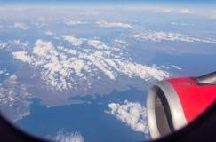 Άποψη της Μεσογείου, των νησιών της Ελλάδας και της μηχανής του αεροπλάνου από το φωτιστικό του πετώντας αεροπλάνου στοκ φωτογραφία