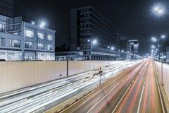 Άποψη της μητρόπολης μεταφορών, της κυκλοφορίας και των μουτζουρωμένων φω'των στοκ φωτογραφία με δικαίωμα ελεύθερης χρήσης