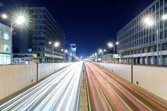 Άποψη της μητρόπολης μεταφορών, της κυκλοφορίας και των μουτζουρωμένων φω'των στοκ εικόνα με δικαίωμα ελεύθερης χρήσης