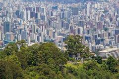 Άποψη της μητρόπολης από το βουνό στοκ φωτογραφίες