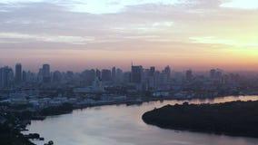 Άποψη της Μπανγκόκ, Ταϊλάνδη Νοτιοανατολική Ασία από την κορυφή στον ορίζοντα ανατολής πέρα από την κύρια καμπύλη ποταμών φιλμ μικρού μήκους