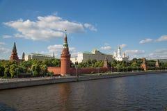 Άποψη της Μόσχας Κρεμλίνο και του αναχώματος του Κρεμλίνου μια σαφή ηλιόλουστη ημέρα στοκ φωτογραφία με δικαίωμα ελεύθερης χρήσης