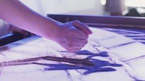 Άποψη της νέας γυναίκας που σύρει την όμορφη εικόνα της οικογένειας από την άμμο τέχνη φωτισμός φιλμ μικρού μήκους