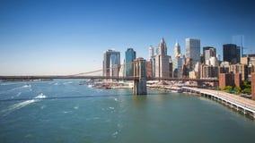 Άποψη της Νέας Υόρκης Μανχάταν fron η ηλιόλουστη ημέρα γεφυρών timelapse φιλμ μικρού μήκους