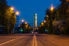 Άποψη της νύχτας Ekaterinburg πριν από την ανατολή υψηλό vilnius ανόδου της Λιθουανίας κεντρικών πόλεων κτηρίων Ξενοδοχείο Vysots Στοκ Εικόνες