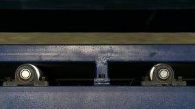 Άποψη της ξύλινης ακτίνας που κινείται στη μηχανή παραγωγής φιλμ μικρού μήκους