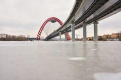 Άποψη της οδικής γέφυρας με μια κόκκινη αψίδα, η γραφική γέφυρα πέρα από τον ποταμό της Μόσχας στοκ φωτογραφίες