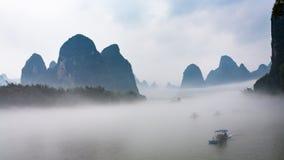 άποψη της ομίχλης με τις βάρκες στον ποταμό κοντά στην πόλη Xingping Στοκ εικόνα με δικαίωμα ελεύθερης χρήσης