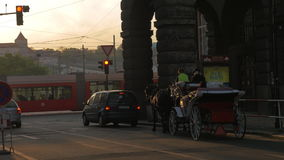 Άποψη της οδικής διατομής με τον κόκκινους φωτεινό σηματοδότη, τα αυτοκίνητα, τη μεταφορά αλόγων και το τραμ απόθεμα βίντεο