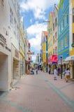 Άποψη της οδού Willemstad στο Κουρασάο με το μοναδικό architectur του Στοκ εικόνα με δικαίωμα ελεύθερης χρήσης