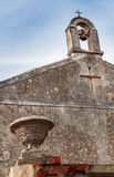 Άποψη της πέτρας bellfry με δύο σταυρούς Στοκ φωτογραφία με δικαίωμα ελεύθερης χρήσης