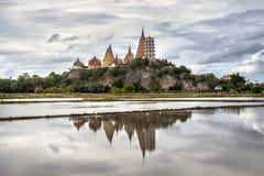 Άποψη της παγόδας του ναού Wat Tham Sua με τον όμορφο τομέα ορυζώνα στο νερό στοκ φωτογραφία με δικαίωμα ελεύθερης χρήσης