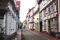 Άποψη της παλαιάς πόλης Hameln με τα τετραγωνικά και παραδοσιακά γερμανικά σπίτια αγοράς, χαμηλότερη Σαξωνία, Γερμανία Στοκ φωτογραφίες με δικαίωμα ελεύθερης χρήσης