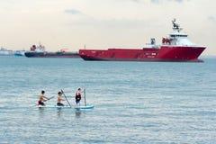 Άποψη της παραλίας της Σιγκαπούρης Sentosa Siloso με τους τουρίστες, σκάφη και Στοκ Εικόνα