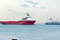 Άποψη της παραλίας της Σιγκαπούρης Sentosa Siloso με τους τουρίστες, σκάφη και Στοκ Φωτογραφία