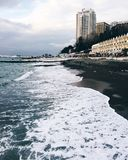 Άποψη της παραλίας στη Μαύρη Θάλασσα, κύματα με τον αφρό θάλασσας και τα σύννεφα Στοκ Εικόνες