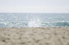 Άποψη της παραλίας και της θάλασσας από την εστίαση και ένας παφλασμός της θάλασσας στα FO Στοκ Εικόνες