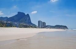 Άποψη της παραλίας Barra DA Tijuca στο Ρίο ντε Τζανέιρο στοκ εικόνα