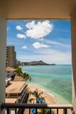 Άποψη της παραλίας Waikiki από το δωμάτιο ξενοδοχείου στοκ φωτογραφίες